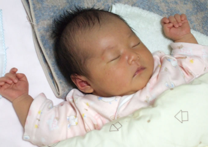 2007.05.29 赤ちゃんは勝利者のポーズで眠る
